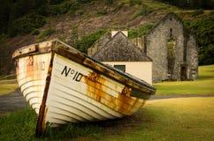 小船和证明有罪废墟,诺福克岛 免版税库存照片