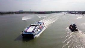 小船和轮渡Beaeutiful鸟瞰图在吉打港口马来西亚从顶视图 股票视频