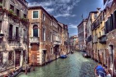 小船和长平底船大运河在威尼斯,意大利 免版税库存图片