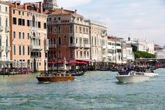 小船和长平底船有乘客的在威尼斯,意大利 库存照片