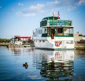 小船和鸭子在安大略湖,加拿大 库存图片