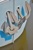 小船和他的两个船锚的弓 免版税库存照片