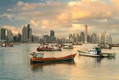 小船和buidlings在巴拿马市 免版税库存照片