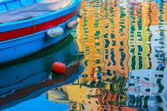 小船和coloeful反射在水 库存图片