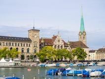小船和Fraumunster教会 免版税库存图片