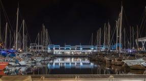 小船和PUB酒吧口岸的夜间照片  免版税库存图片