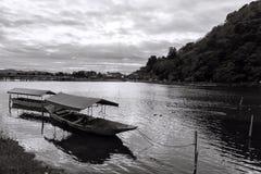 小船和Togetsukyo桥梁, Arashiyama 免版税图库摄影