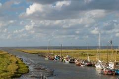 小船和Waddensea沼泽地环境美化, Noordpolderzijl, Netherl 免版税图库摄影