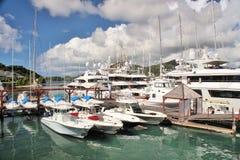 小船和yahts靠码头的- 2016年12月4日-吹嘘和游艇在安提瓜岛的海岛上的小游艇船坞靠了码头 库存图片