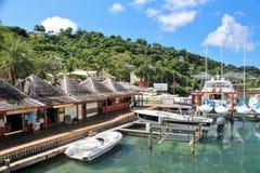 小船和yahts靠码头的- 2016年12月4日-吹嘘和游艇在安提瓜岛的海岛上的小游艇船坞靠了码头 库存照片