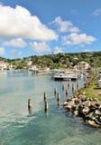 小船和yahts靠码头的- 2016年12月4日-吹嘘和游艇在安提瓜岛的海岛上的小游艇船坞靠了码头 免版税库存图片