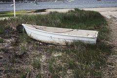 小船在一个海滩的沼泽在鳕鱼角 库存图片