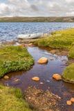 小船在一个湖在Hardangervidda,挪威 免版税库存图片
