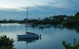 小船在一个镇静港口在黎明 库存照片