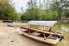 小船在一条小运河停放了在美洲红树forestTh 免版税库存图片