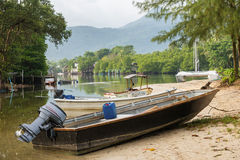 小船在一条小运河停放了在美洲红树forestTh 免版税图库摄影