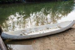 小船在一条小运河停放了在美洲红树forestTh 图库摄影