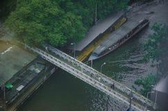 小船在一条运河的一个船坞停放了在曼谷 免版税库存照片