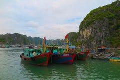 小船在下龙湾,越南 免版税库存照片