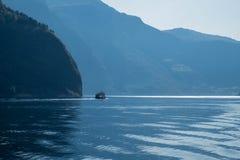 小船在与大mountais的大海航行 挪威风景,海湾巡航 免版税图库摄影