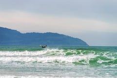 小船在中国海滩附近的海在岘港在越南 库存图片