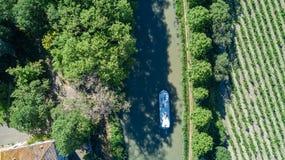 小船在从上面米迪运河,家庭旅行乘驳船和假期空中顶视图在法国 免版税库存照片