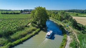 小船在从上面米迪运河,家庭旅行乘驳船和假期空中顶视图在法国 图库摄影