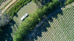 小船在从上面米迪运河,家庭旅行乘驳船和假期空中顶视图在法国 免版税库存图片