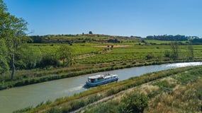 小船在从上面米迪运河,家庭旅行乘驳船和假期空中顶视图在法国 库存照片
