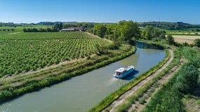 小船在从上面米迪运河,家庭旅行乘驳船和假期空中顶视图在法国 库存图片