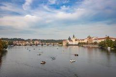 小船在伏尔塔瓦河河在布拉格 库存照片