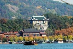 小船在传统西部附近的杭州湖 免版税库存照片
