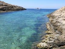 小船在兰佩杜萨海岛上停泊了在意大利 免版税库存照片