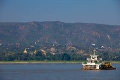 小船在分钟枪的河Irrawaddy在缅甸(缅甸) 库存照片