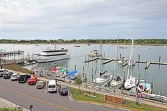 小船在前面街道上的小游艇船坞在街市Beaufort,北部 库存照片