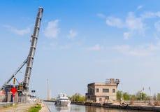 小船在升降吊桥下 库存图片