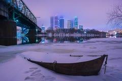 小船在反对的冬天莫斯科市 库存照片