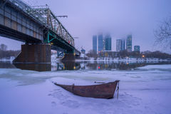 小船在反对的冬天莫斯科市 免版税图库摄影