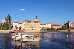 小船在反对老市的背景的伏尔塔瓦河河布拉格在一个清楚的夏日 布拉格城市风景  免版税库存图片