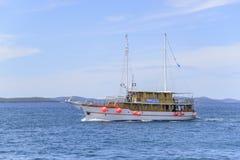 小船在反对蓝天的背景的海 免版税库存照片