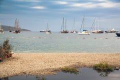 小船在口岸停泊了在博德鲁姆,土耳其 船帆柱反对天空的 库存照片