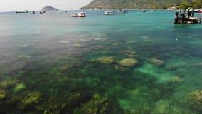 小船在口岸的风平浪静 钓鱼和下潜小船寄生虫视图漂浮蓝色海平静的表面上的在港口  股票录像