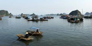小船在哈隆海湾 免版税图库摄影