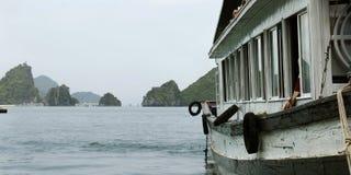 小船在哈隆海湾 免版税库存照片