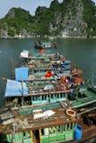 小船在哈隆海湾 库存照片