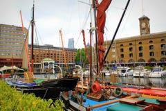 小船在圣Katharine船坞小游艇船坞中央伦敦停泊了 免版税库存照片