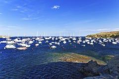 小船在地中海镇Cadaques在夏天怀有 免版税库存图片