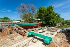 小船在地方造船厂 库存照片