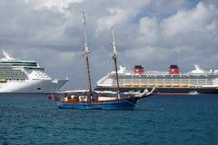 小船在大开曼的港口 库存照片