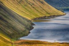 小船在小山之间的湖 库存图片